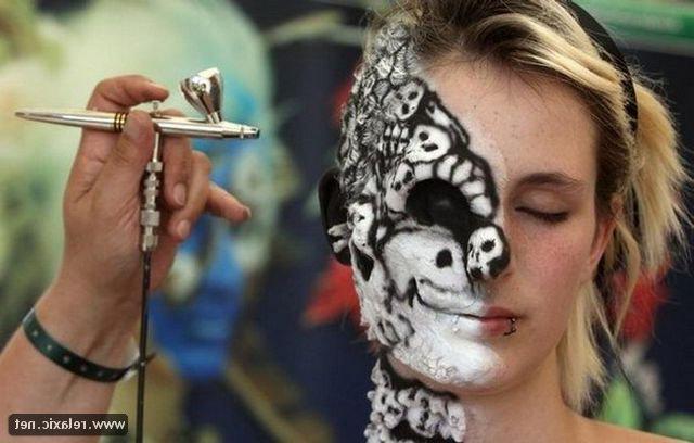 Эротика и боди-арт от голой женщины с торчащими сосками