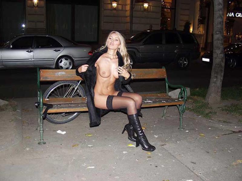 Секси девушки раздеваются в публичных местах