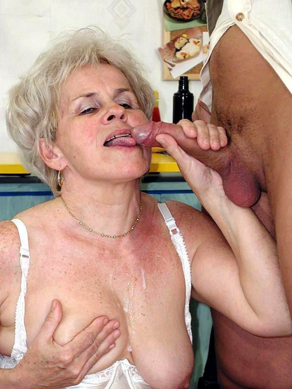 Ебут бабушку и кончают ей в пизду