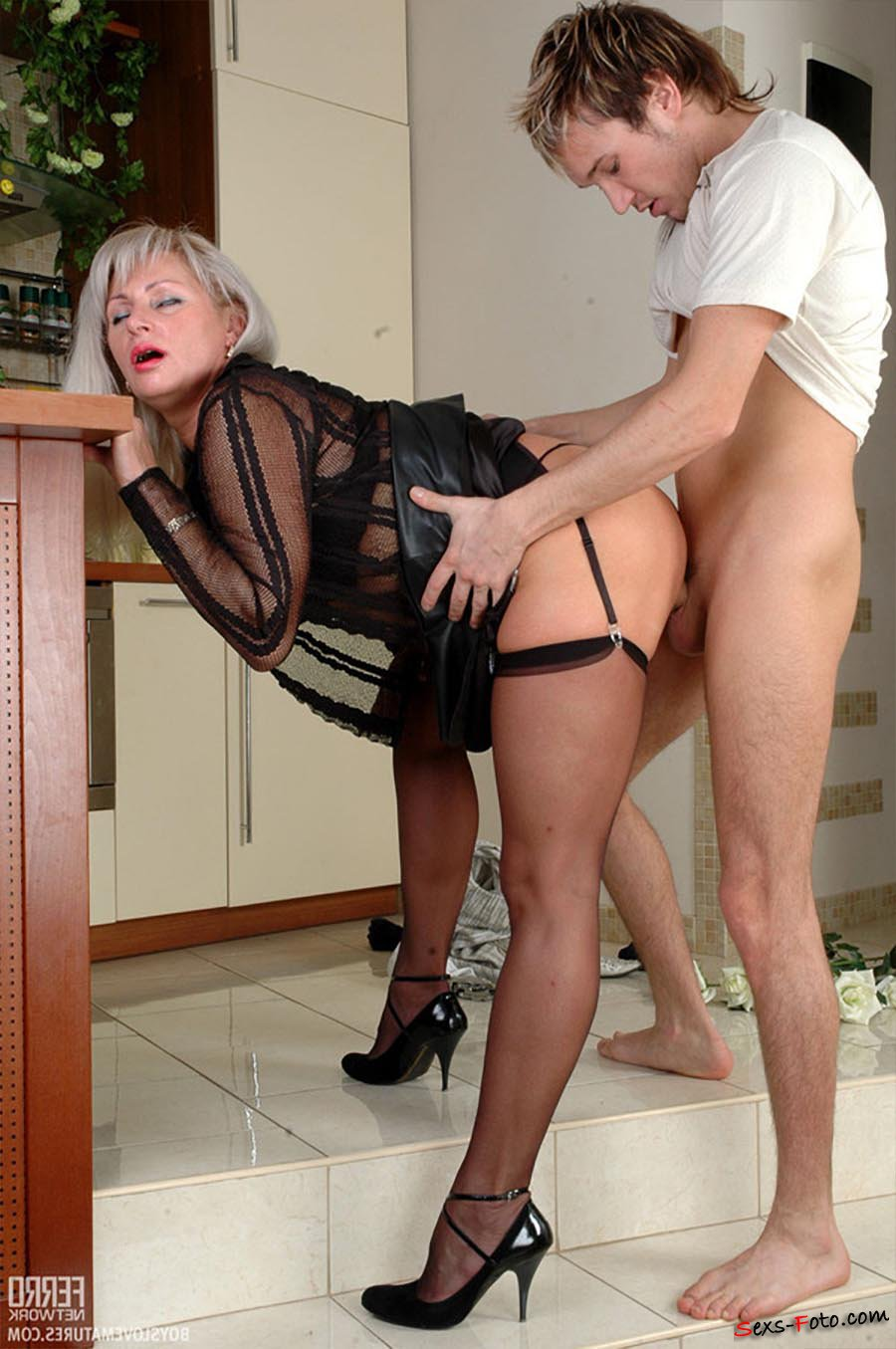 Женщина в чулках наслаждается мальчиком порно