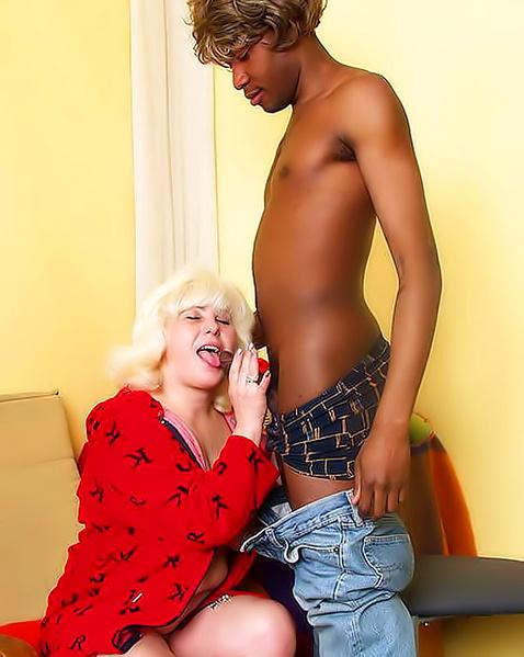 Зрелая жена с большими титьками делает минет