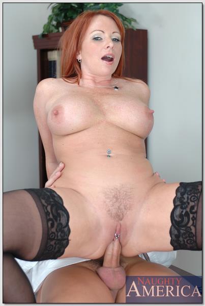 Рыжая сексуальная женщина ебётся в офисе с мужиком в узкую письку