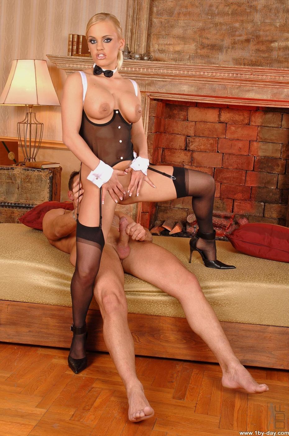 красивая сексуально молодая служанка трахается видео бесплатно