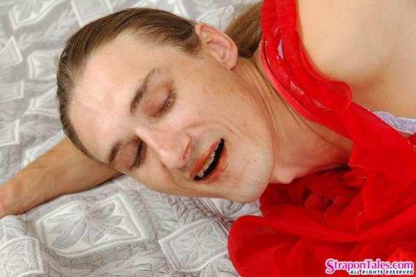 Секс страпоном на кровати школьницы и полугея