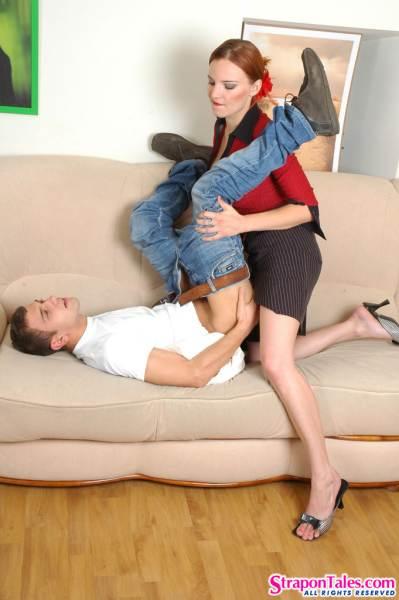 Молодая сексуальная женщина ебёт мужика страпоном