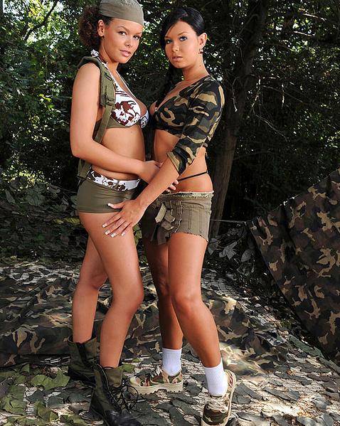 Молодые лесбиянки фетишистки в военной униформе ласкают сиськи и ноги на природе