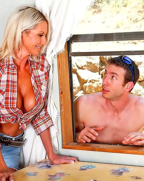 Зрелая блондинка с силиконовыми сиськами трахается на природе во влагалище