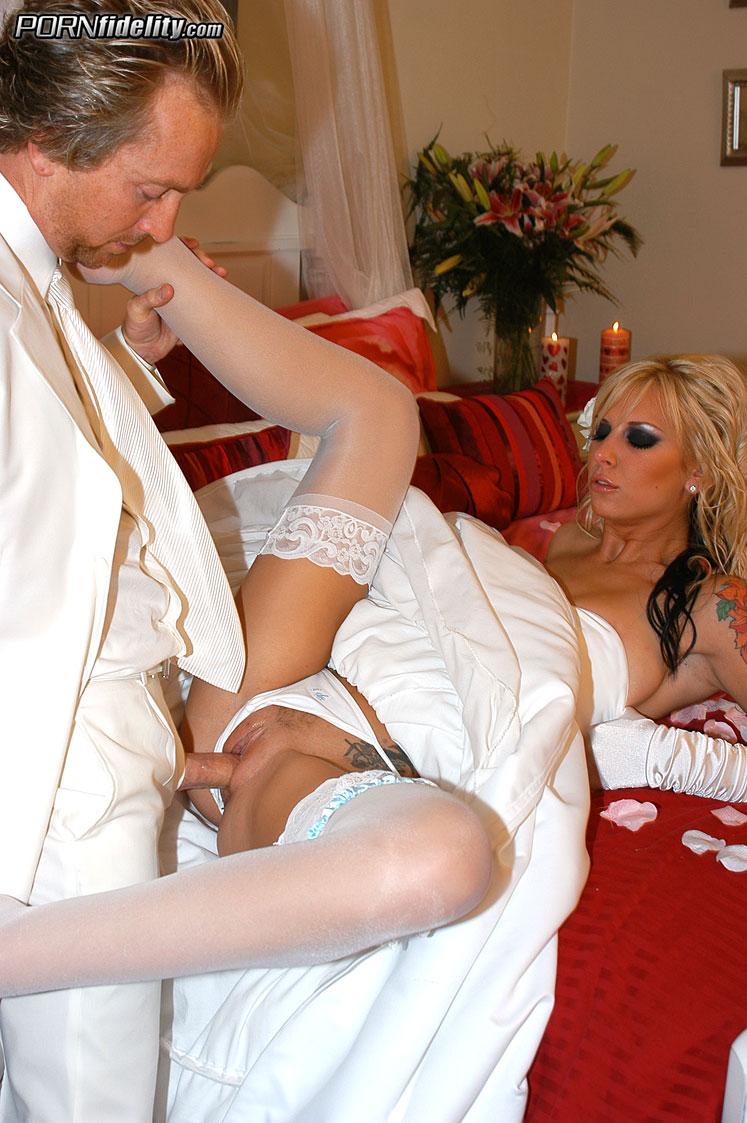 Порно муж и жена брачная ночь кавказ