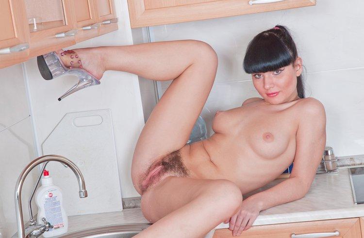 Порно молодой хозяйкой дома
