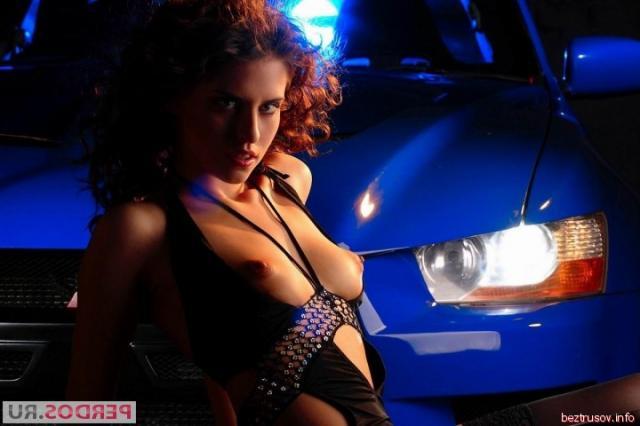 Кудрявая европейка с голыми сиськами снимается у авто