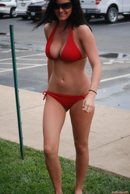 Шикарные девушки позируют рядом с авто в купальниках