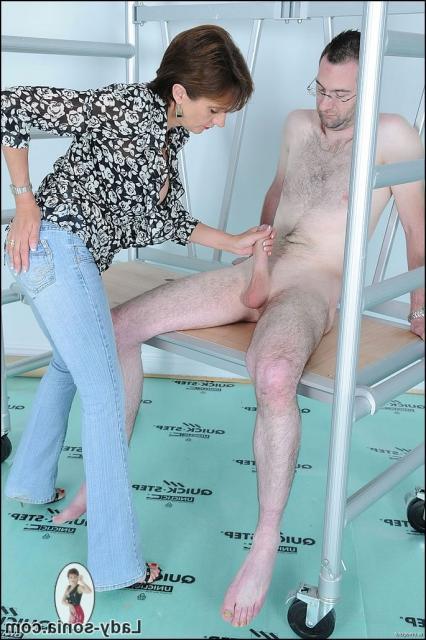 Зрелая баба дрочит толстый член и получает сперму