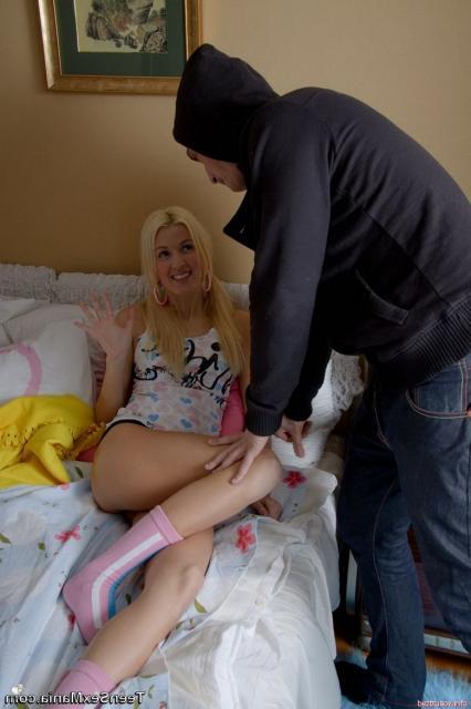 Молодая блондинка делает жёсткий глубокий минет