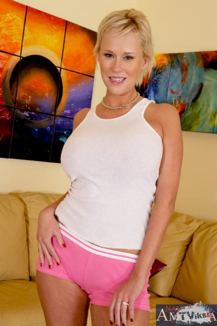 Зрелая блондинка с большими силиконовыми сиськами
