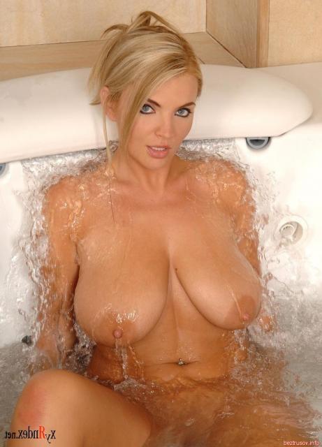 Молодая европейская красавица с большими сиськами в ванной