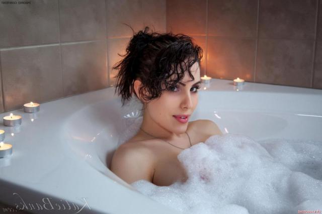 Секс бомба дрочит пизду в ванной и показывает жопу