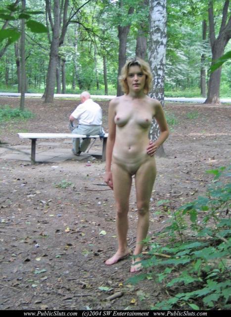 Голые с маленькими сиськами позируют в общественных местах
