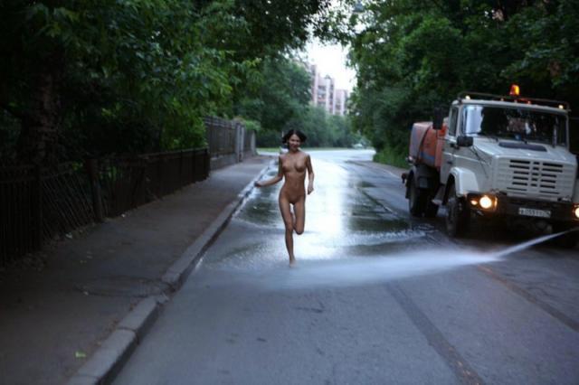 Голая девчонка с красивыми сиськами бегает по общественным местам.