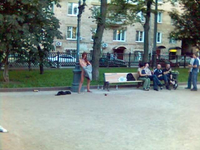 Девчонки сексуально раздеваются в общественных местах и ласкают киски