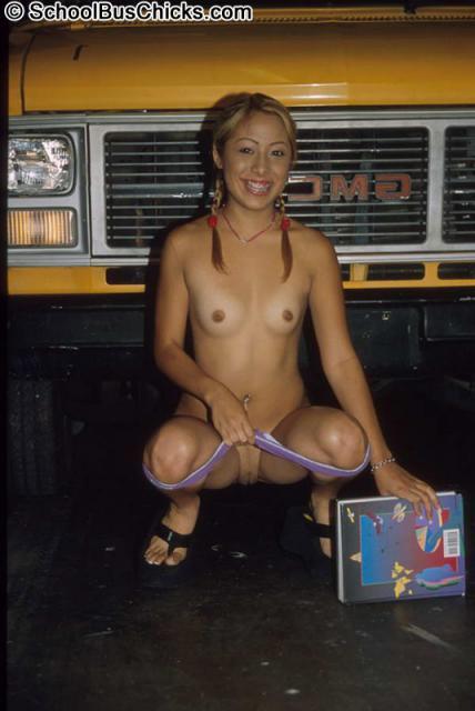 Голая школьница в общественном месте и ебля в автобусе с минетом
