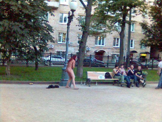 Девчонки позируют на улице и показывают киски в общественных местах