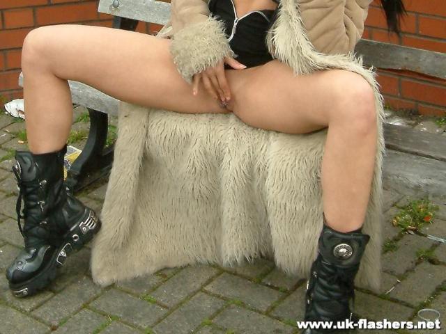 Девчонка с пирсингом на сиськах и пизде позирует в общественном месте