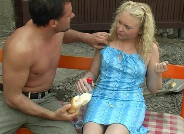 Парень и блондинка ебутся в общественном месте раком и во влагалище