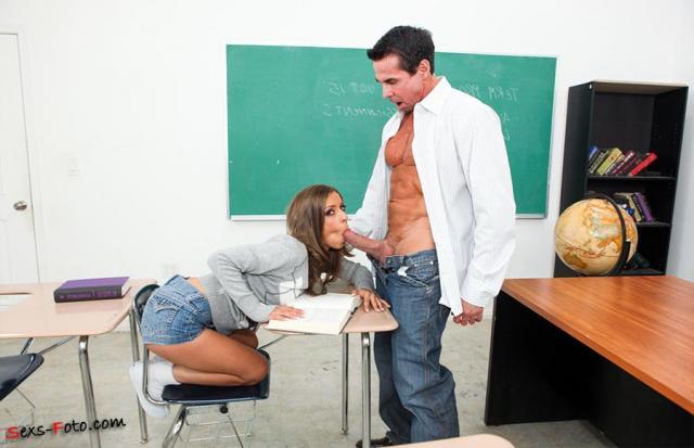 Учитель с толстым хуем ебёт красивую ученицу в рот и пизду в школе