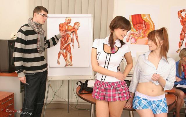 Развратные ученицы ебутся в школе с учителем анатомии в групповухе