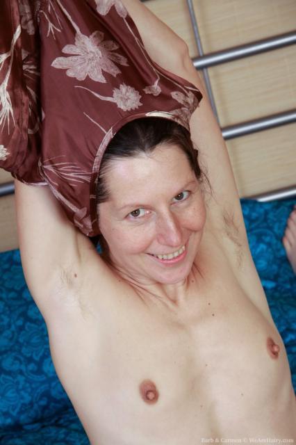Лесбиянки с волосатыми пиздами мастурбируют секс игрушкой