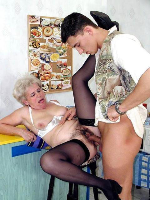 Внук ебёт бабушку в волосатую пизду и кончает ей в рот спермой