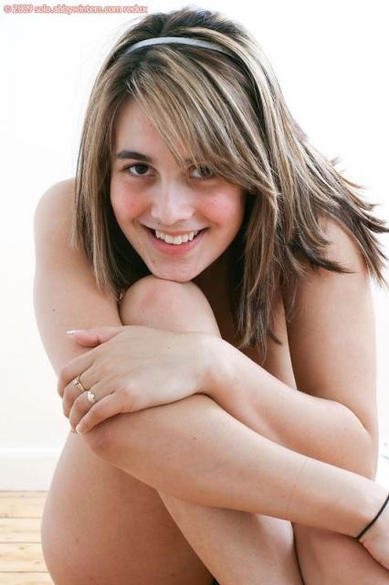 Стройная сексуальная девчонка показывает волосатую пизду и попку