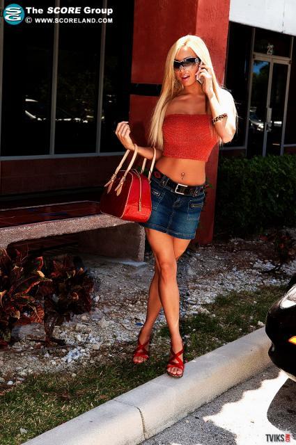 Шикарная девушка дня блондинка с голыми сиськами