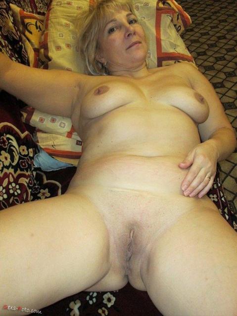Голая русская жена из домашнего порно дрочит хуй