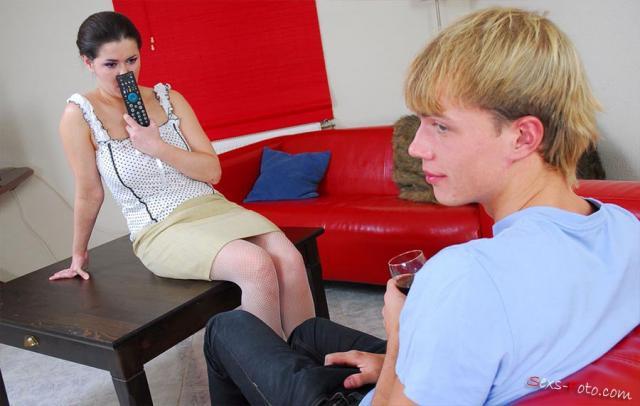 Молодой парень выебал домохозяйку и кончил в рот не снимая штанов