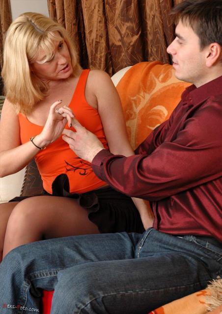 Сперма на колготках домохозяйки блондинки, ебущейся с парнем