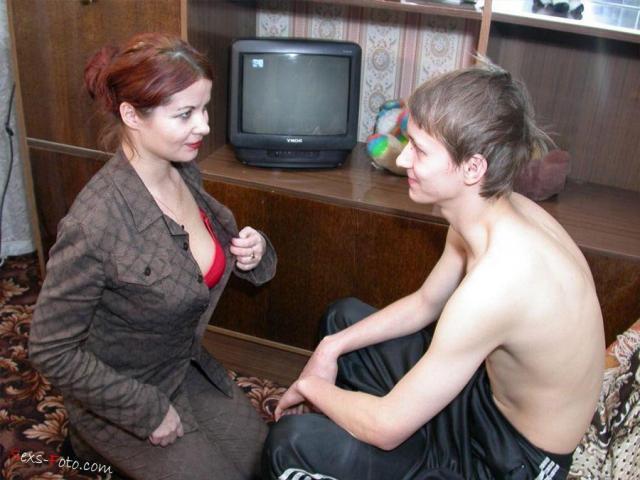 Школьник ебёт домохозяйку в пизду и между сисек и кончает на волосы