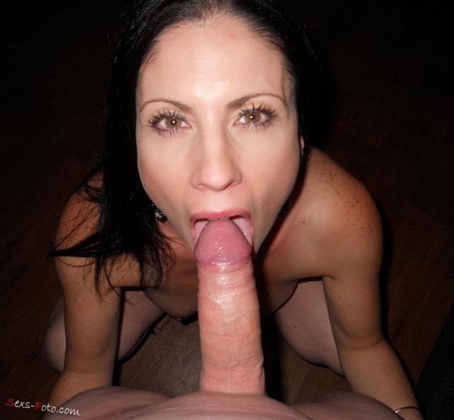 Сперма во рту зрелой домохозяйки, мастурбирующей фаллоимитатором