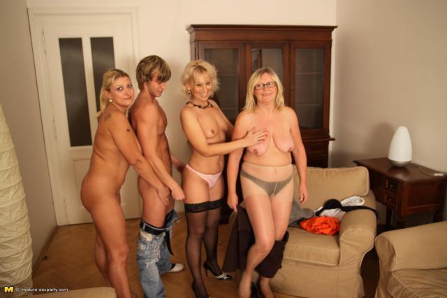 Три зрелых женщины снимают сексуального парня и ебутся с ним после минета