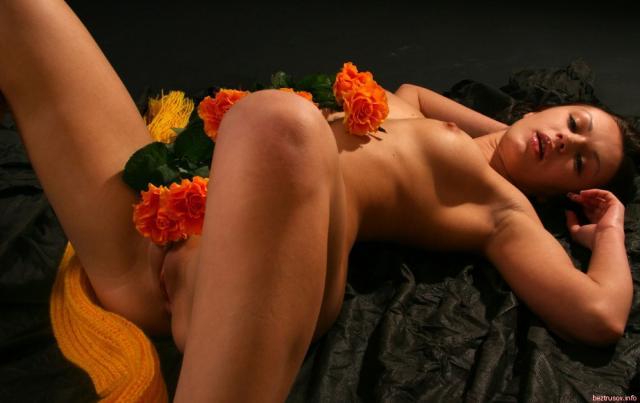 Губы, соски и половые губки, снятые крупным планом