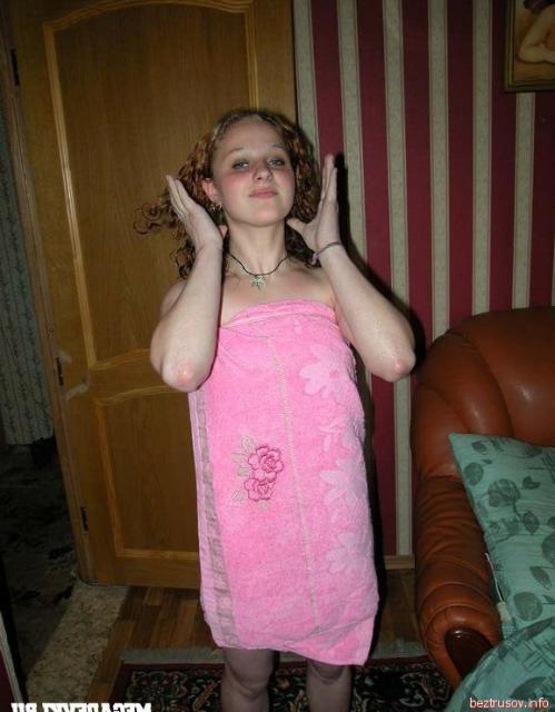 Малолетняя девчонка позирует голой и делает минет на любительских фото