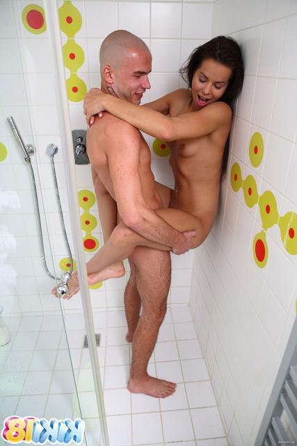 Секс в душе с голой девочкой с маленькой грудью