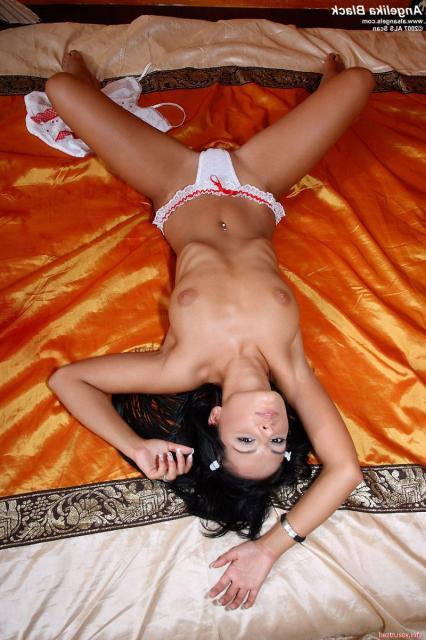 Лесбиянки модели со страпоном ласкают влагалища секс игрушкой
