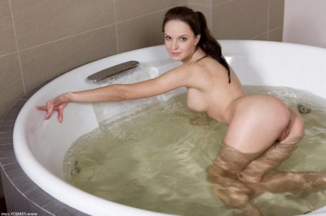 Мокрая девушка с голой жопой в джакузи позирует
