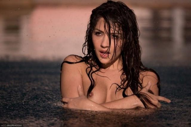 Мокрая девушка с маленькой грудью снимает трусы