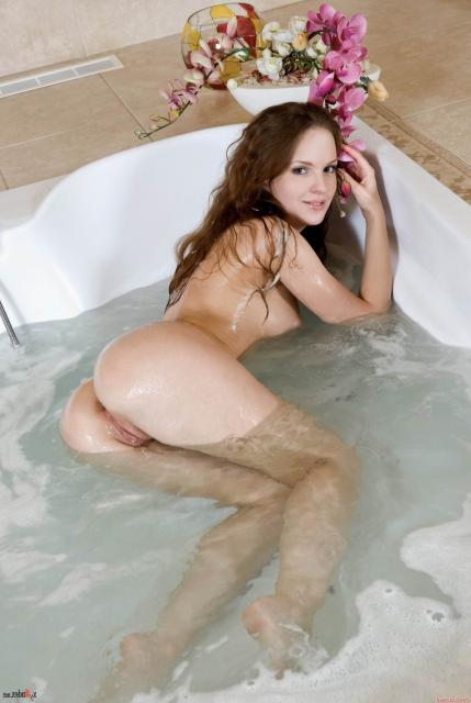 Мокрая девушка в ванной позирует голышом страстно