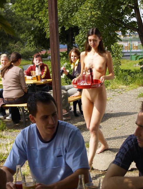 Сексуальная девчонка с голой пилоткой позирует на улице