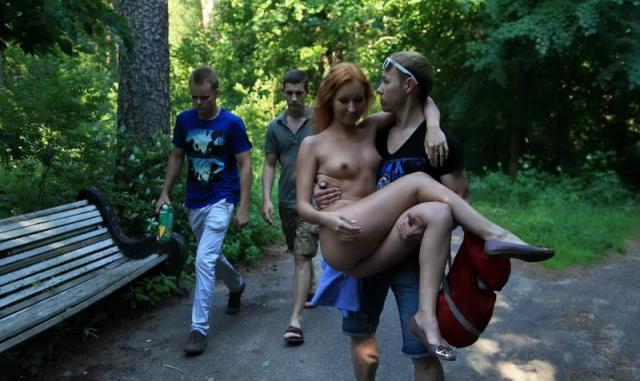Голая и стройная девчонка позирует для мальчиков на улице