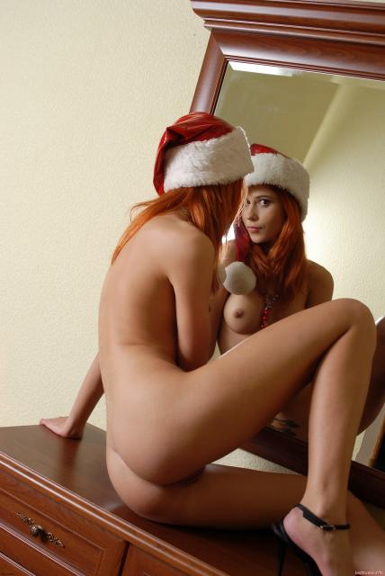 Новогоднее позирование сексуальной девочки голышом