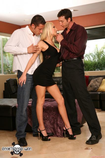 Красивая страстная блондинка занимается оральным сексом втроём.